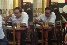 ยกมือไหว้ท่วมหัว!!! ชายหน้าคล้ายคนดัง นั่งกินข้าวในร้านอาหารที่พม่า พอเงยหน้าลมแทบจับ