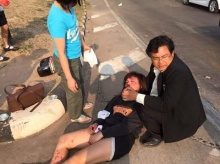 หัวใจหล่อมาก!! ด็อกเตอร์โดดขวางถนนช่วยหญิงถูกสิบล้อชนไม่สนตกเครื่องบิน