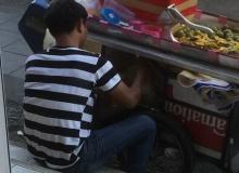ลูกค้าสงสัย! เหตุใดพ่อค้ากรอกน้ำส้มใต้แผง