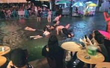 สยองผิวหนัง!! ภาพฝรั่งเล่นน้ำท่วมที่ถนนข้าวสาร ขนลุกสุดๆ!!