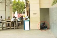 โซเชียลปลุกดราม่า!! เพจดังแชร์ภาพ รปภ. หลบมุมตึกนั่งกินข้าวกับพื้น