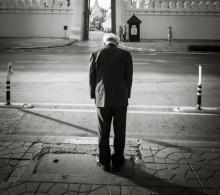 เฉลยแล้ว ชายผู้ยืนคารวะพระบรมศพทุกวันคือใคร หลังภาพถูกแชร์สนั่น