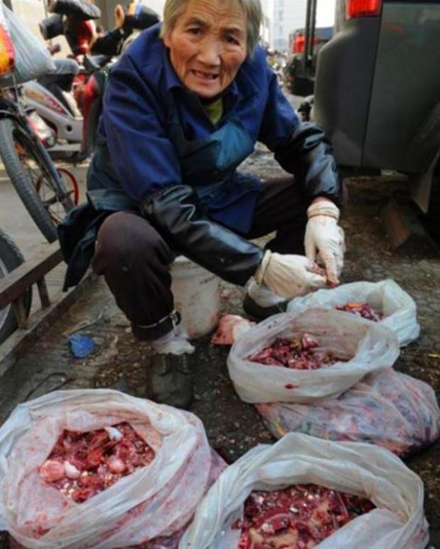 หญิงชราไปขอไส้ปลาที่ตลาดทุกวัน จนหลายคนสงสัย สุดท้ายพอรู้ความจริง ต้องขอกราบหัวใจเธอจริงๆ