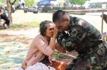 แชร์สนั่น!! ทหารใหม่สวมกอดยายตาบอดร้องไห้โฮ หลังคิดว่าจะไม่ได้พบ