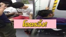 แชร์ว่อน!! วัยรุ่นชายนั่งเล่นมือถือบนรถไฟฟ้าคนนี้ทำบางอย่างที่ผู้โดยสารคนอื่นต้องอึ้ง!!