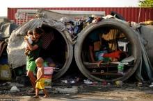 นี่แหละบ้าน!! คนจนยากไร้ อาศัยอยู่ในท่อ สลัมคอนกรีต กิน นอนในท่อเล็กๆข้างถนน หดหู่มาก!!