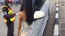สาวไม่ยอม! โดนตำรวจจับล็อคล้อ เพราะจอดรถตรงแถบขาวดำ! (คลิป)