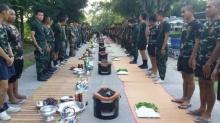 ชาวเน็ตชื่นชมนายใจดี!! ทหารค่ายศรีสองรักกินเลี้ยง หมูกระทะ โต๊ะจีน กินจนพุงกาง!
