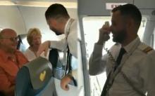 """นักบินอังกฤษประกาศออกไมค์ """"ผมบินมา 3 ปี นี่เป็นวันแรกที่จะได้ขับเครื่องบินให้พ่อแม่ของผม"""" (มีคลิป)"""