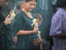 น้ำตาไหล!โซเชียลแห่แชร์ภาพหญิงสาวอุ้มท้องท่ามกลางสายฝน รอถวายดอกไม้จันทน์