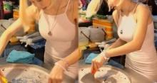 สาวแซ่บทรงโต ขวัญใจหนุ่มๆเกือบทั้งทวีป ล่าสุดผันตัวมาเป็น แม่ค้าขายขนมตลาดนัด!