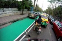 ทางจักรยานใหม่ย่านจตุจักร ทาสีเสร็จไม่ทันไร โดนรถจอดทับแล้ว