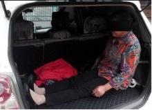 ทำได้ลงคอ!! หนุ่มไล่แม่วัย 60 ไปนั่งที่เก็บของหลังรถเพื่อให้ลูกตนนอน
