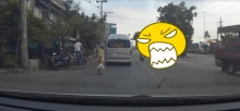 นี่หรือเมืองพุทธ ! วินโผล่ ขณะยายแก่กำลังเดินข้ามถนน ( มีคลิป )