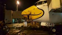 ระทึกกลางดึก!! เครื่องบินนกแอร์ถูกรถบัสชนที่ดอนเมือง รับอาจกระทบตารางบิน!!