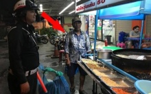 ลุงยืนมองร้านผัดไทยอยู่นาน..สักพักตำรวจเดินเข้ามาเห็น พูดออกมาคำเดียวแทบน้ำตาร่วง!!!