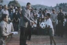 เด็กม้งในภาพ เล่าเหตุการณ์รับมอบลูกบอลจากพระหัตถ์ในหลวง ร.9