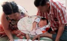 หลานพึ่งเกิด สอง ตา-ยาย หอบของมารับขวัญหลาน พอเห็น ว่าเป็นอะไร ตะลึงตาค้าง!!
