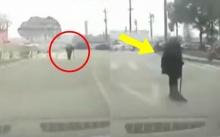 หนุ่มขับรถอยู่ดีๆ เห็นชายชรากำลังข้ามถนน เลยชะลอ ผ่านไปไม่ทันไร ชายชรากลับล้มไปอยู่ที่พื้น?