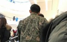 สาวตะลึง พลทหาร ปรากฏตัวกลางห้างฯ หันหน้ามาทำเอาใจสั่นแรง! เขาเป็นนักร้องดัง!
