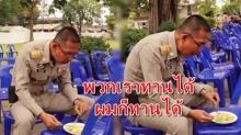 ใช่ท่านจริงๆใช่ไหม! นั่งกินขนมจีนบนเก้าอี้พลาสติก บอก พวกเราทานได้ผมก็ได้ ข้าราชการไทยต้องแบบนี้!