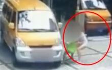 ไม่เนียนอย่างแรง!! หญิงสาวผลักเด็กให้โดนรถชน หวังตบทรัพย์ แต่พลาด เลยลงทุนนอนดิ้นเอง (มีคลิป)