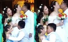 เจ้าหนู 10 ขวบ เลียนแบบเจ้าบ่าวที่จูบเจ้าสาว แอบจุ๊บเด็กหญิงผู้ทำหน้าที่ถือดอกไม้ ขโมยซีนสุดๆ (มีคลิป)