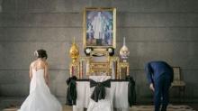 ภาพประทับใจ คู่บ่าวสาวถวายความเคารพพระบรมฉายาลักษณ์ก่อนพิธีสมรส