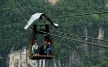 ลำบากมาก!! ทางสายเดียวสู่นอกหมู่บ้าน เด็กๆต้องนั่งกระเช้าไปเรียนทุกวัน หวาดเสียวสุดๆ