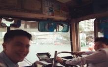 คุ้นมาก! หนุ่มหล่อนั่งรถเมล์ร้อนประจำทาง พอรู้ว่าคือใคร อึ้ง! ไม่คิดว่าจะเห็นเขาในสภาพนี้ ฐานะไม่ธรรมดา