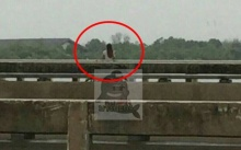 หญิงสาวยืนเหม่อลอย กลางสะพานบางปะกง ลือสนั่นอาถรรพ์วิญญาณสาวชุดแดง ชวนไปอยู่ด้วย!!