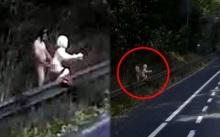 หนุ่มเล่นหวิวกับตุ๊กตาเป่าลม ชิดติดทางด่วน ไม่แคร์รถขับผ่าน!! (มีคลิป)