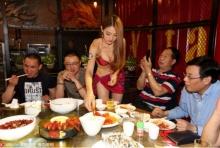 เด็ดจริง!!ร้านอาหารจีนสั่งพนง.นุ่งบิกินี่ แกะกุ้งให้ลค.หนุ่มผู้หิวโหย