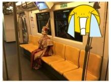 เจอจัง ๆ สาวเเต่งชุดนางรำไทย บนรถไฟฟ้ากลางดึก !!