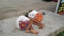 หดหู่!! ภาพ 2 หนุ่มน้อย นอนข้างถนน เพราะชีวิตมันเลือกเกิดไม่ได้