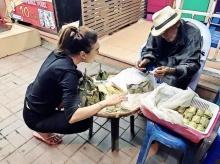 สงสาร!!ลุงพิการนั่งขายขนมข้าวต้มมัด คนไม่กล้าซื้อ-เพราะแต่งตัวไม่สะอาด